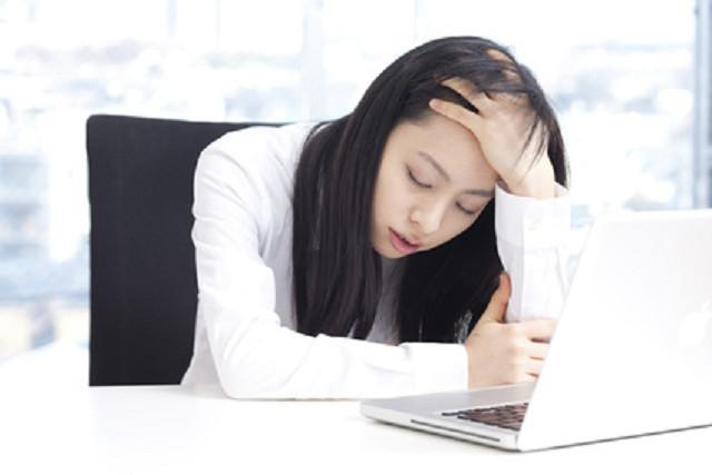 つらい頭痛に悩む女性