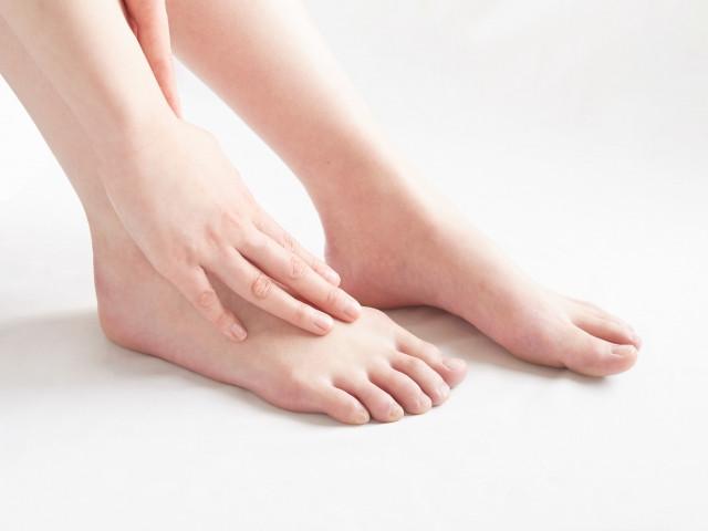 手足のしびれが気になる女性