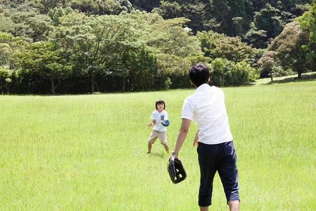 スポーツ障害から解放されキャッチボールを楽しむ男性
